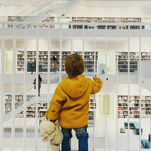Joven frente a librería