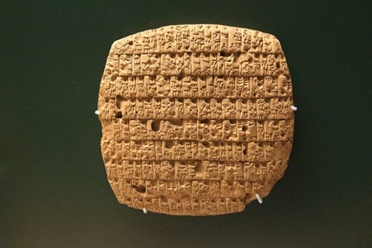 escritura cuneiforme sobre tablilla