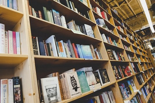 Estantería de libros mostrando la portada