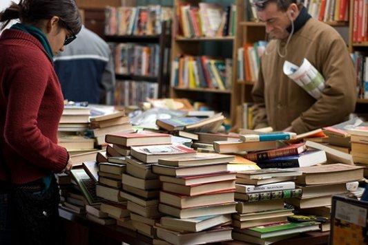 Hombre y mujer compran en una librería