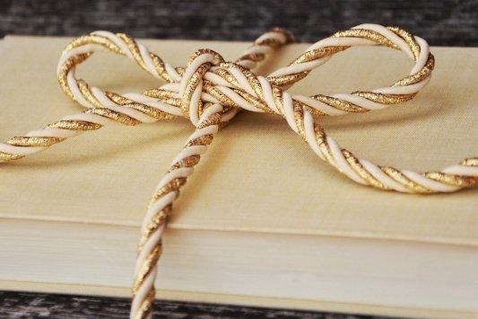 Un libro con un cordel