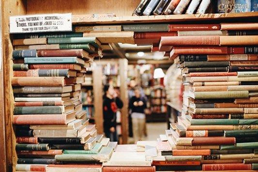libros en librería formando un círculo