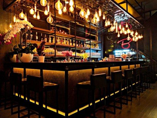 Barra iluminada de un bar