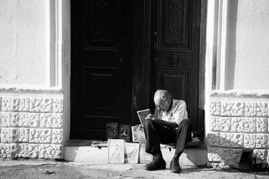 Persona mayor con libros