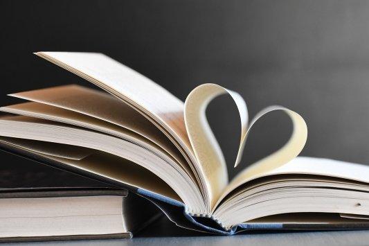 Páginas de un libro formando un corazón