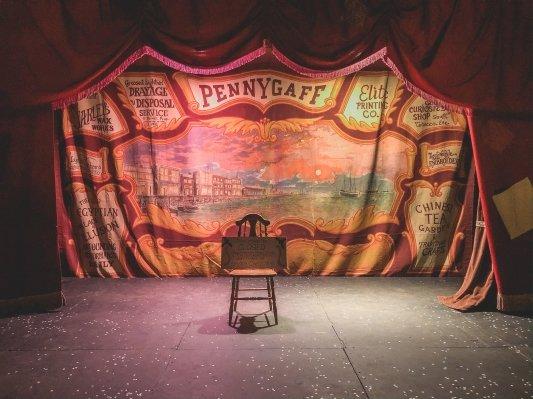 Silla en el centro de un escenario teatral
