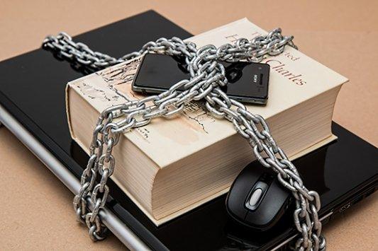libro rodeado por una cadena a modo de censura