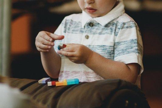 Niño montando pieza de Lego