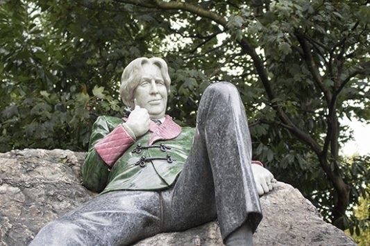 Estatua de Oscar Wilde junto al Trinity College en Dublín