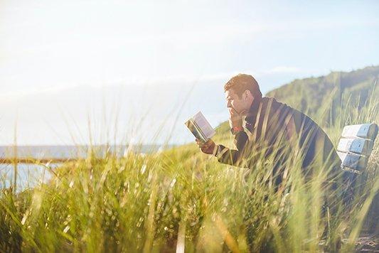 hombre leyendo en la naturaleza