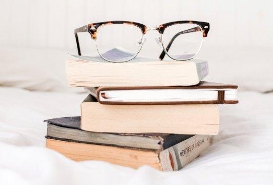 Gafas sobre una pila de libros