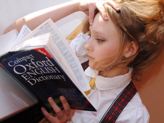 Chica leyendo un diccionario