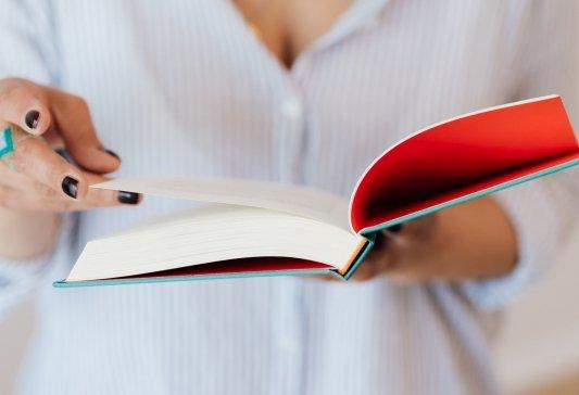 Mujer pasa las páginas de un libro