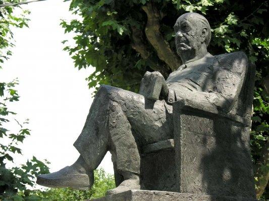 Estatua Camilo José Cela en Padrón