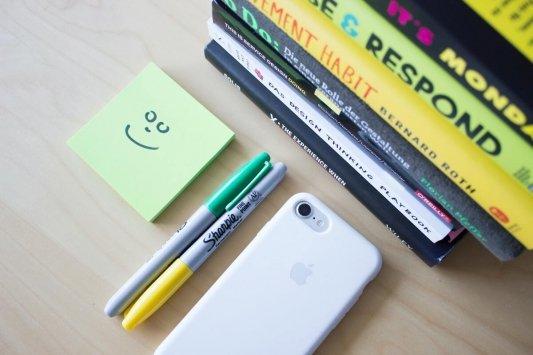 Libros, un post-it y marcadores